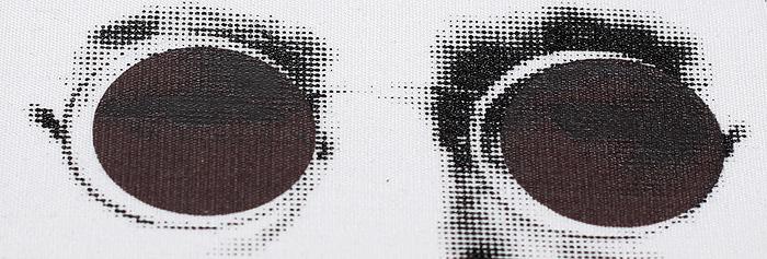 эффект шелкотрафаретной печати фотохром, изображение становится видимым только при попадении на него ультрафиолетового света.